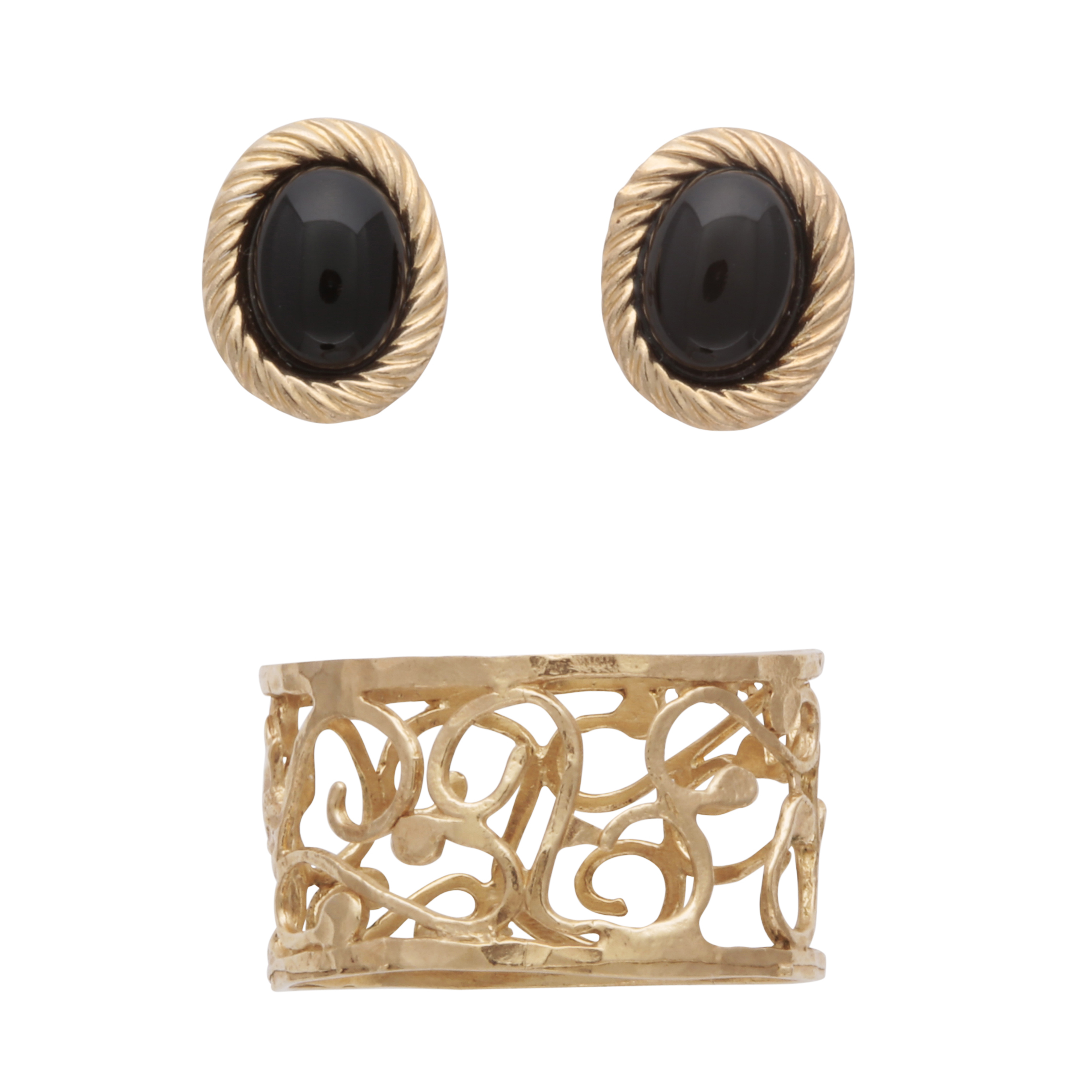 Los 195 - A 9ct yellow gold ring with pierced, filigree scroll design, together with a pair of black hardstone