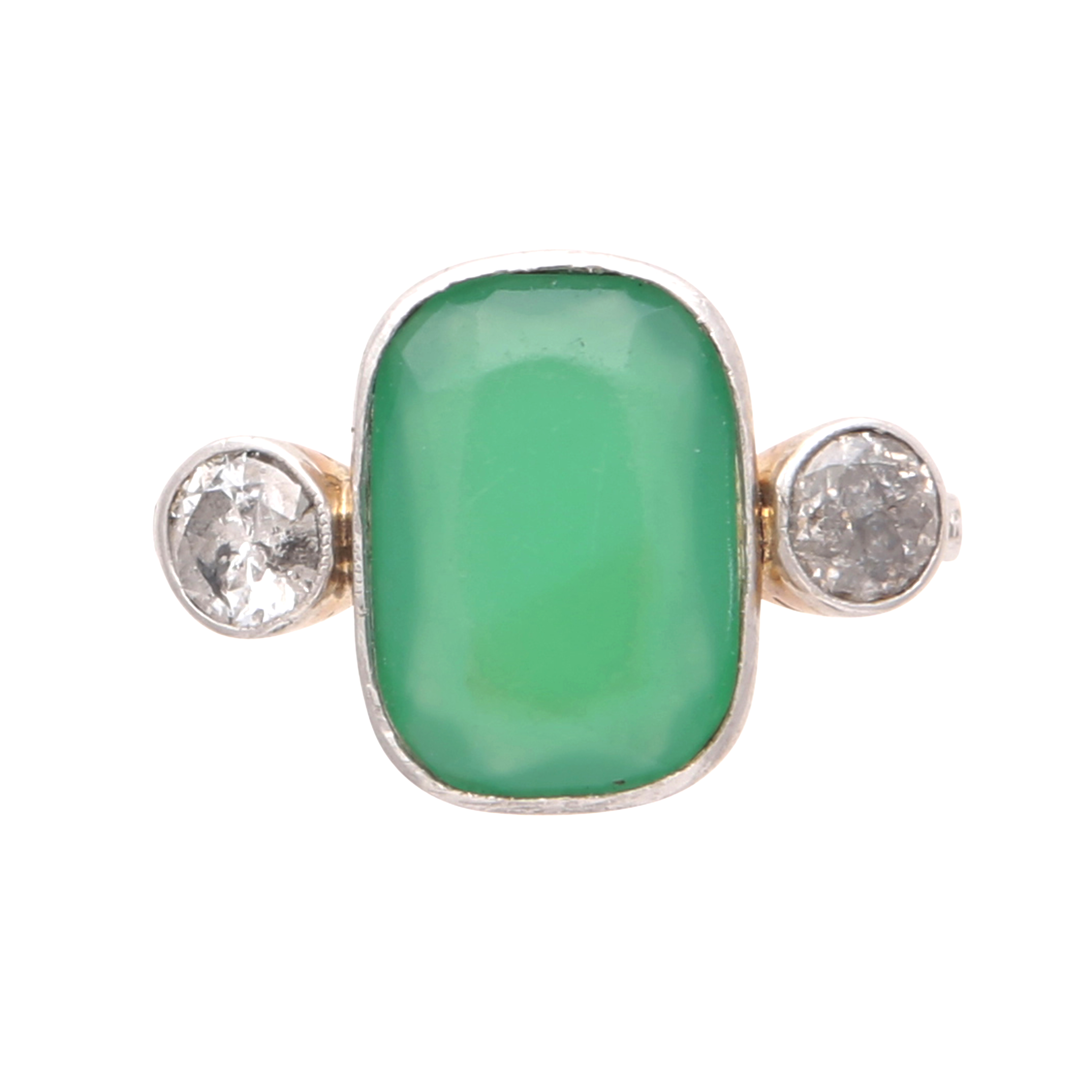 Los 177 - An emerald and diamond dress ring in yellow gold, unmarked, designed as an oval cushion shaped