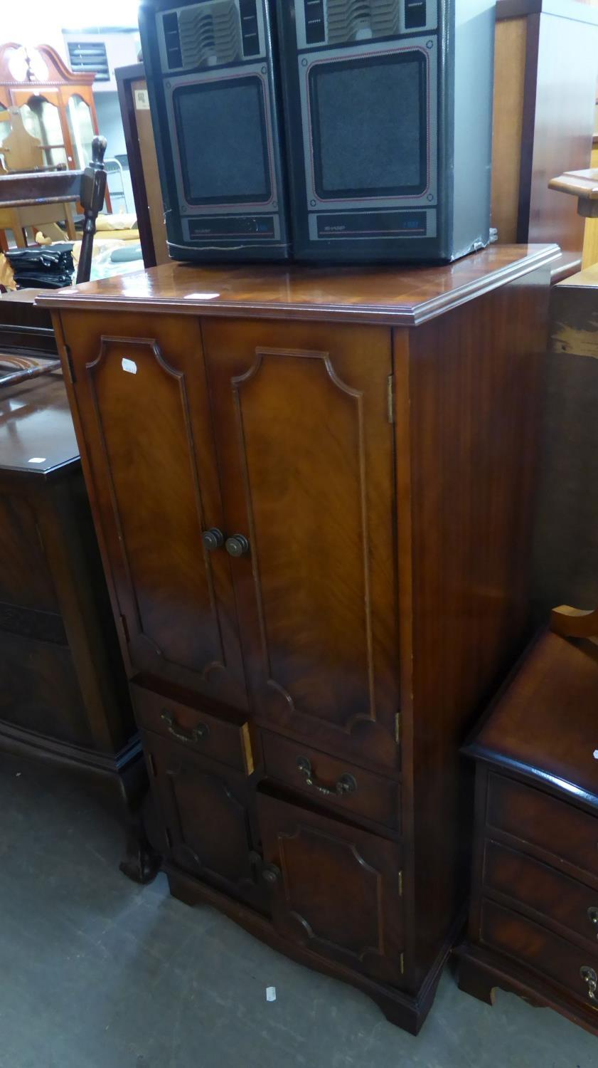 Lot 27 - GEORGIAN STYLE MAHOGANY TWO DOOR HI-FI CABINET WITH LIFT UP TOP, TWO DOORS OVER TWO DRAWERS AND