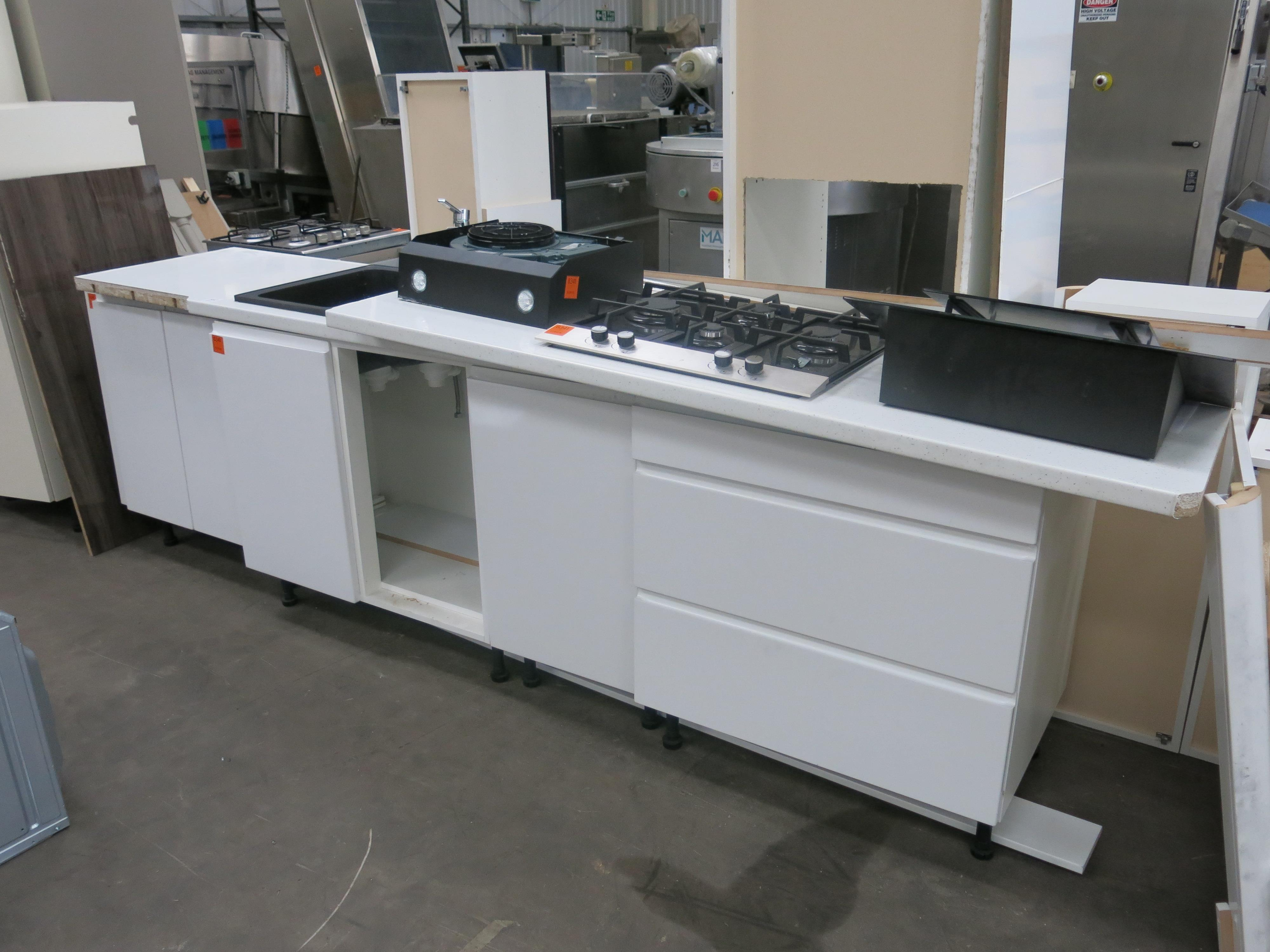 Ex Display Kitchen Unit Comprising A Large L Shaped Work Top With A Square B
