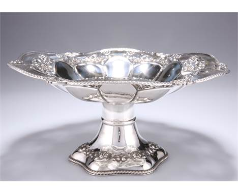 AN EDWARD VII SILVER PEDESTAL BOWL,byS Glass, Birmingham 1906, the shaped circular dish pierced and chased with f