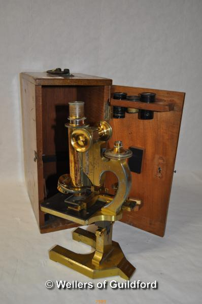 Lot 7589 - R & J Beck Ltd brass microscope no. 29462 with 8mm and 32mm lenses, mahogany box with brass carrying