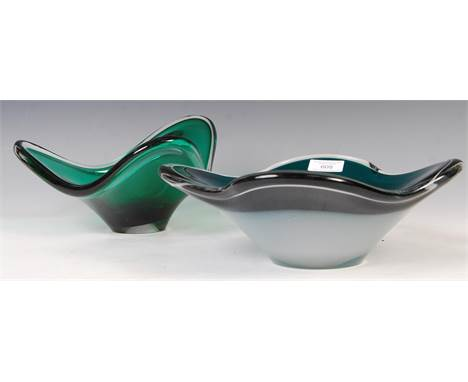 Paul Kedelv - Flygsfors - Coquille - A 1950's Swedish retro vintage large studio green glass centrepiece bowl of flared quatr