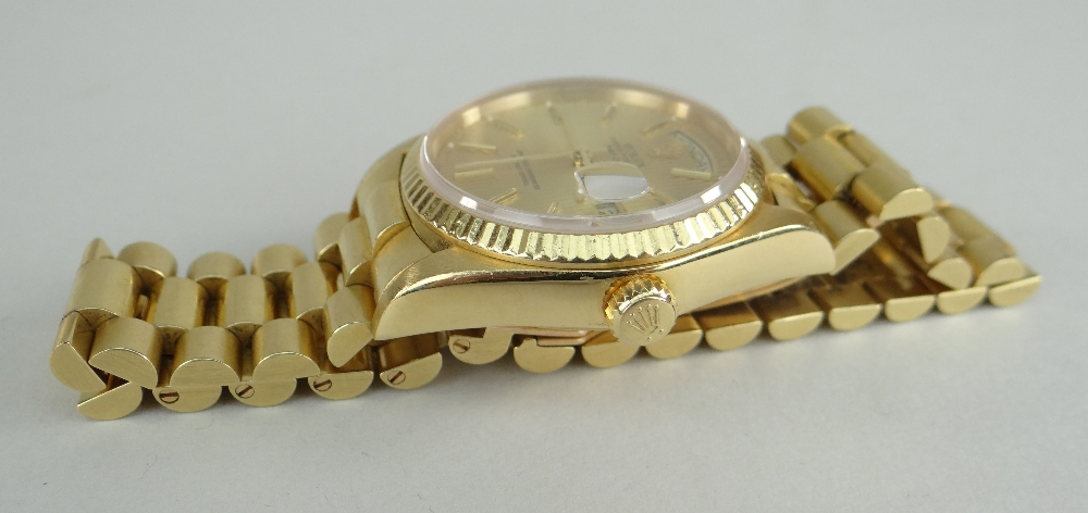 18CT GOLD ROLEX OYSTER PERPETUAL DAY DATE SUPERLATIVE CHRONOMETER WRISTWATCH, the circular dial - Image 3 of 4