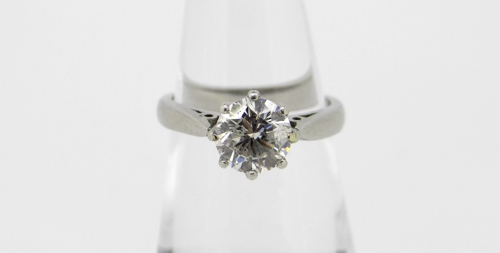PLATINUM SET DIAMOND SOLITAIRE RING the modern round cut brilliant diamond measuring 1.0cts approx.,