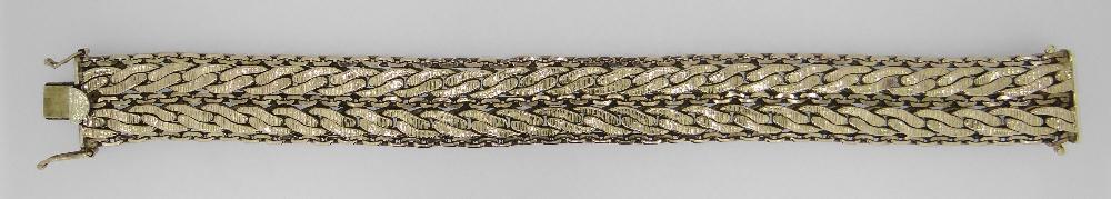 9CT YELLOW GOLD CHUNKY BRACELET HAVING CHAIN DESIGN BORDER, 21cms long, 40.2 grams. Condition