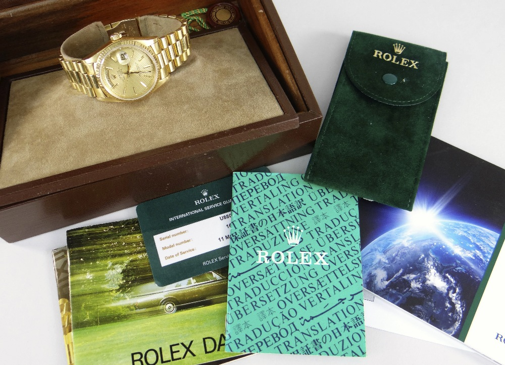 18CT GOLD ROLEX OYSTER PERPETUAL DAY DATE SUPERLATIVE CHRONOMETER WRISTWATCH, the circular dial - Image 4 of 4