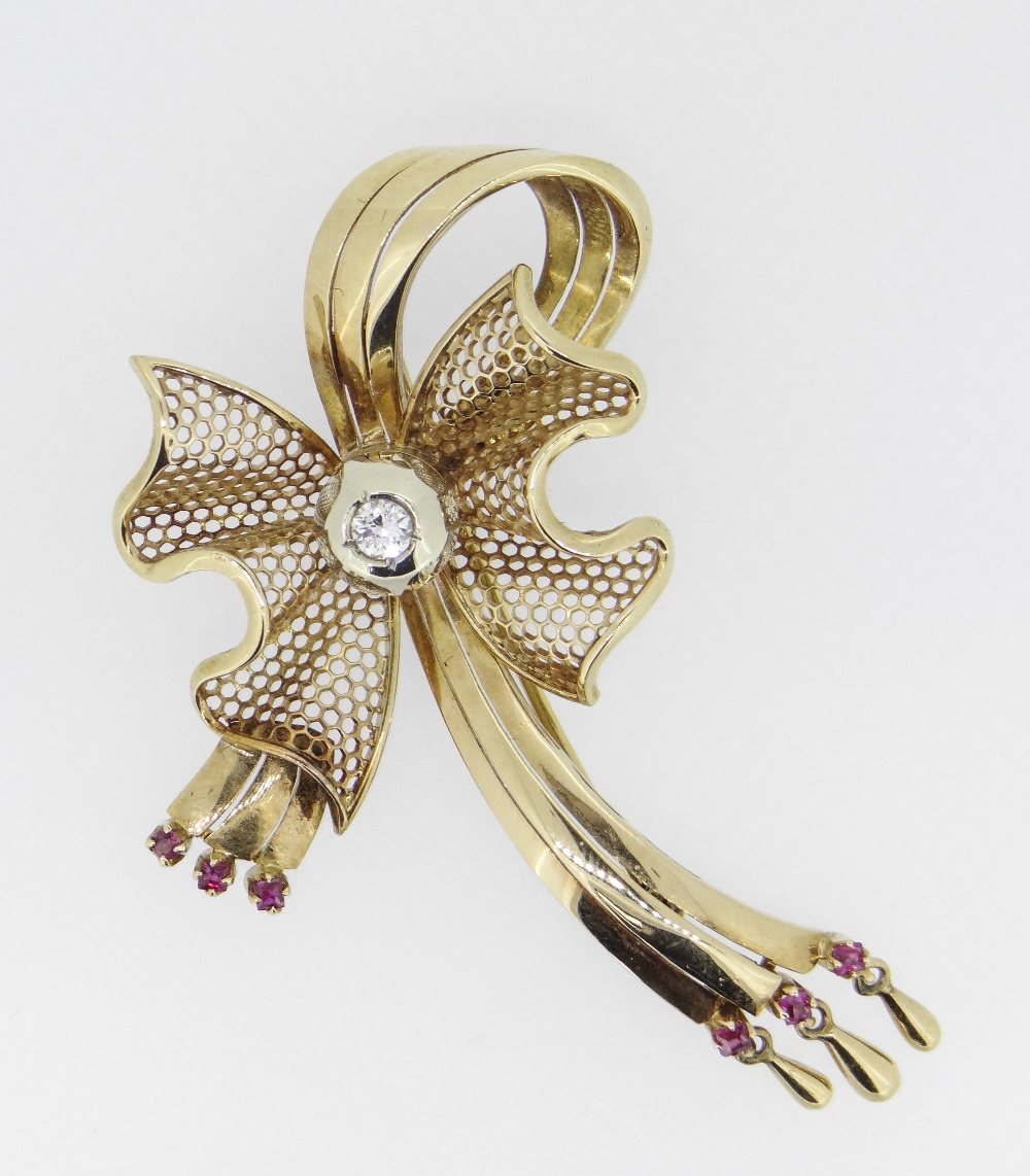 18CT (750) YELLOW GOLD BOW DESIGN BROOCH set with central diamond (0.15cts approximately) and six