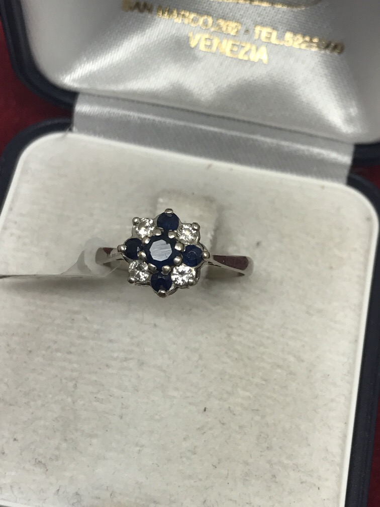 Lot 56 - 18ct GOLD SAPPHIRE & DIAMOND CLUSTER RING
