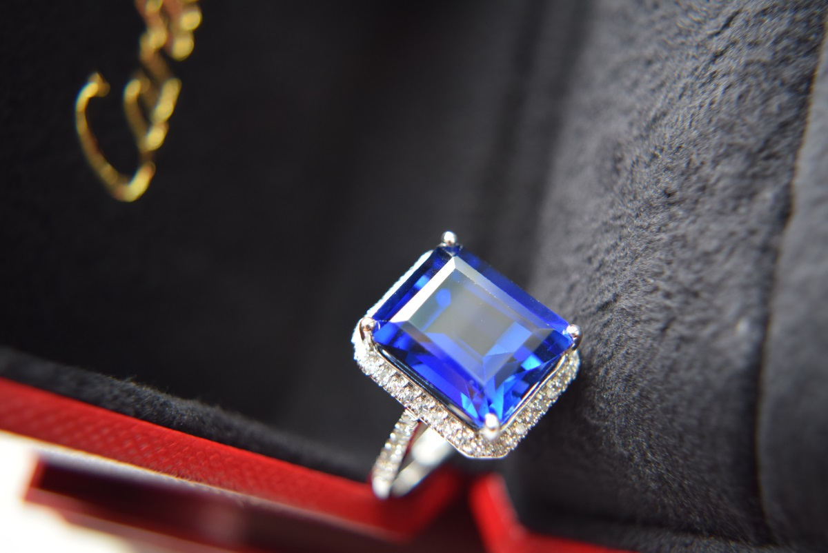 Lot 8 - APPROX 12.5CT HUGE BLUE SAPPHIRE & DIAMOND 18K WHITE GOLD RING