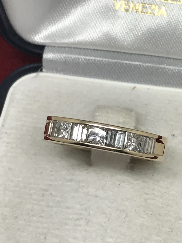 Lot 53 - 14ct GOLD 1.00ct PRINCESS CUT & BAGUETTE SET RING