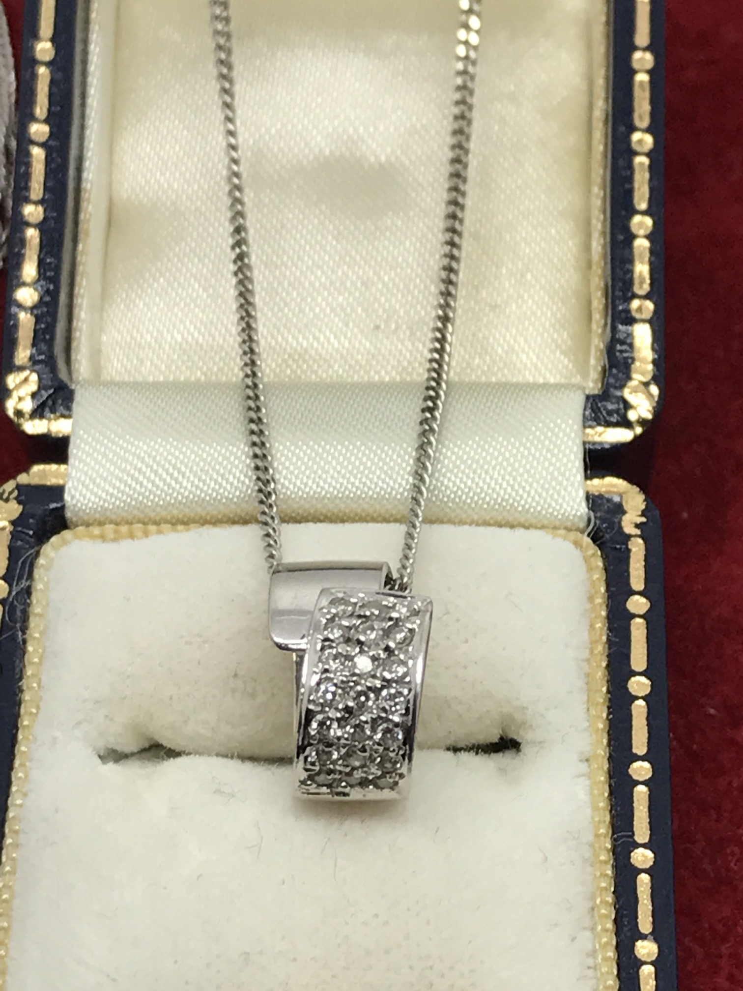 Lot 27 - 18ct WHITE GOLD DIAMOND PENDANT & CHAIN