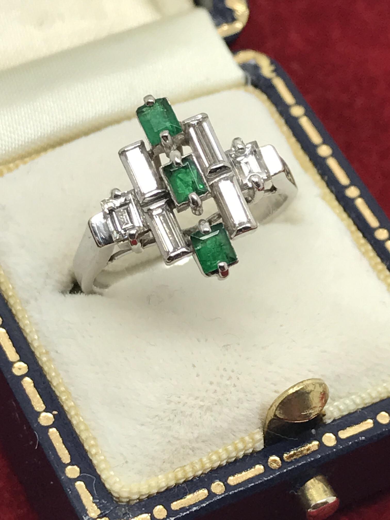 Lot 36 - LOVELY VINTAGE EMERALD & DIAMOND RING SET IN WHITE GOLD