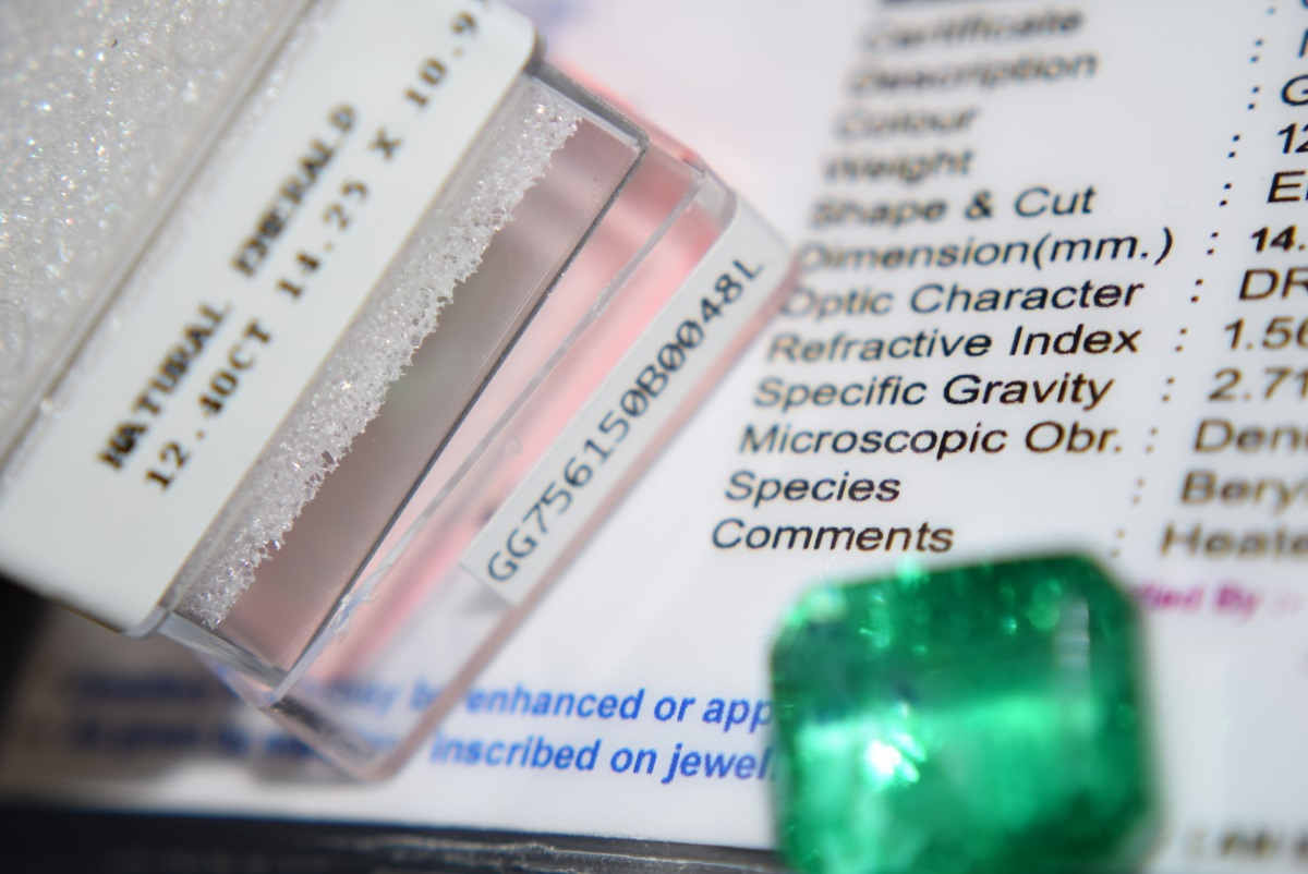 Lot 12 - LARGE 12.40CT Natural Emerald with Certificate Card & Laboratory Box