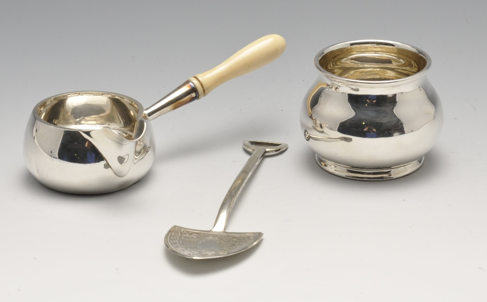 Lot 405 - A small collection of plated ware to include a breakfast dish with retractable cover, three piece