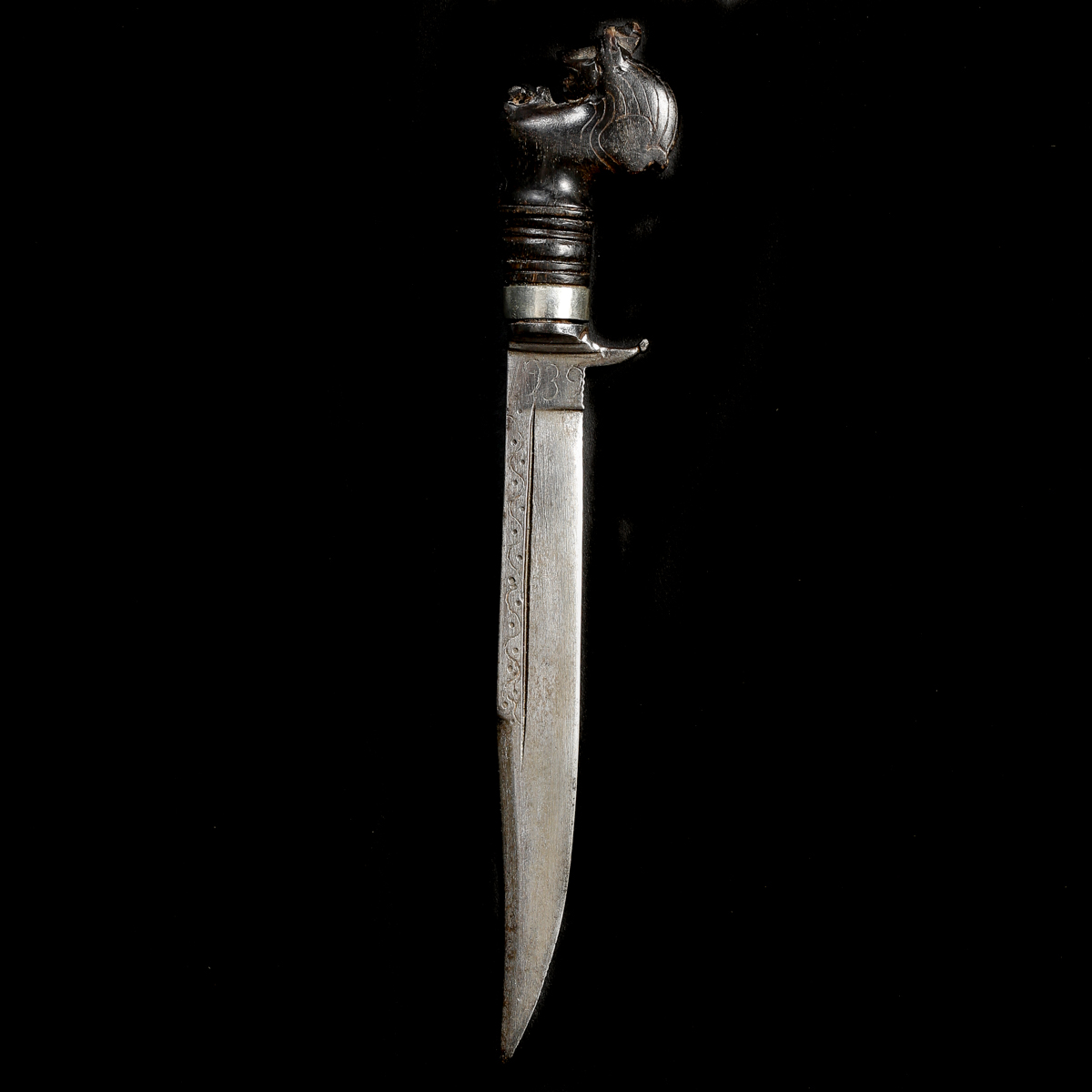 A rare Ceylonese knife kirichchiya. Slightly curved SE blade 15cms dated 1939 and with single