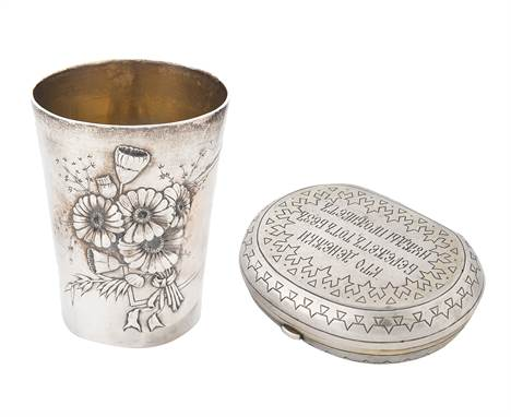 A RUSSIAN SILVER MONEY PURSE AND CUP, THE LATTER BY KHLEBNIKOV, EARLY 20TH CENTURYcomprising:a) a silk-lined silver purse dec