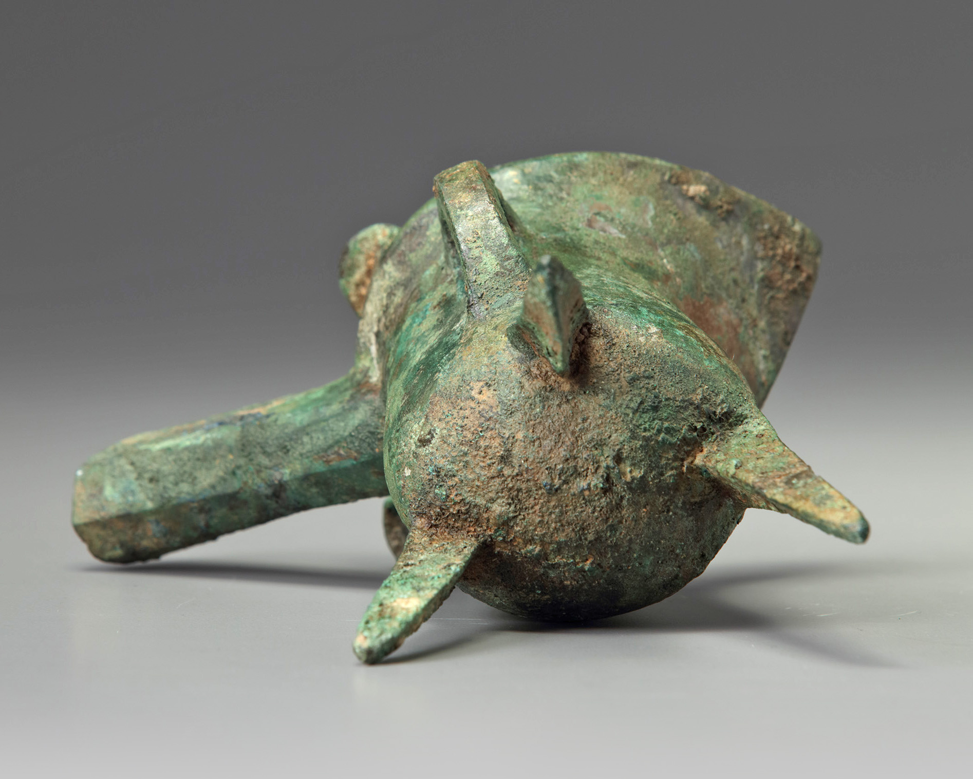 Lot 19 - A Chinese bronze tripod ritual tripod vessel, jue