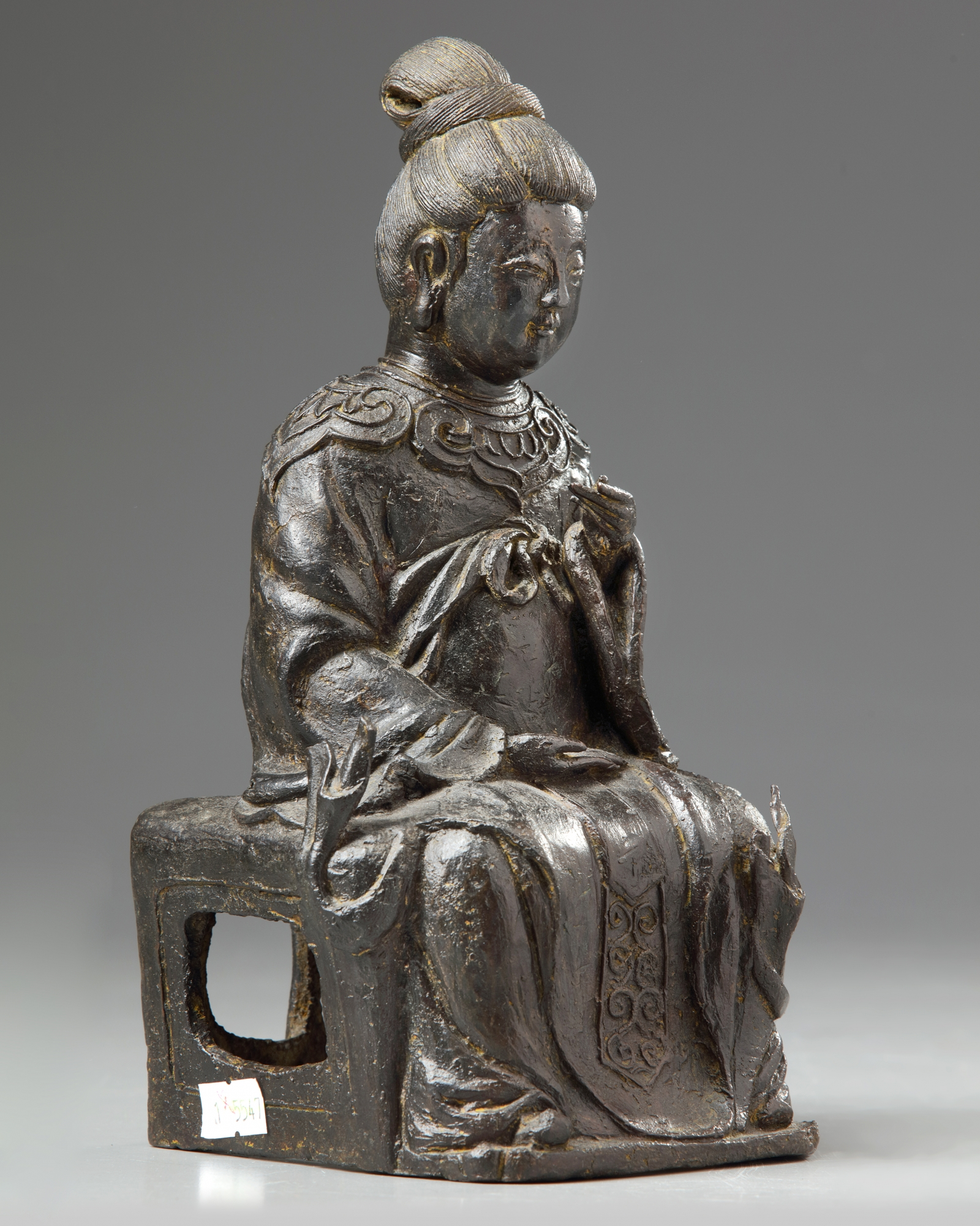 Lot 21 - A Chinese bronze figure of a female immortal