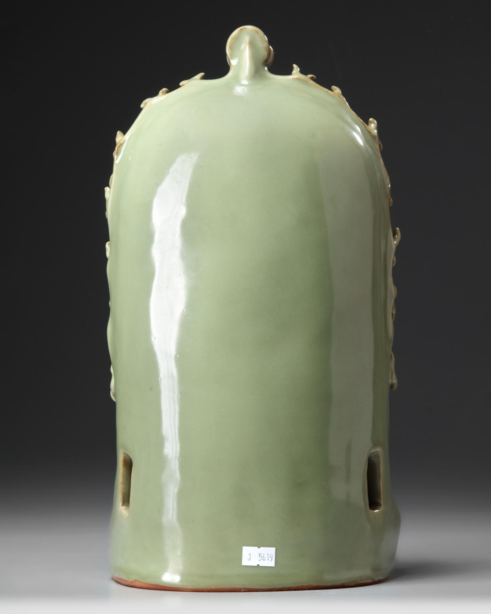 A Chinese Longquan celadon glazed grotto - Bild 4 aus 5