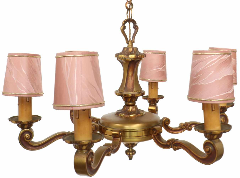 Lot 5064 - Een zes-armige messing hanglamp met bijbehorende kapjes. 2e helft 20e eeuw.Ø 60 cm.A six-armed brass