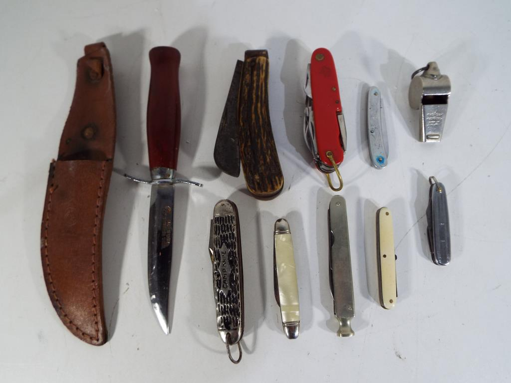 Lot 24 - A collection of knives to include pipe smokers knife, penknives including Richards of Sheffield,