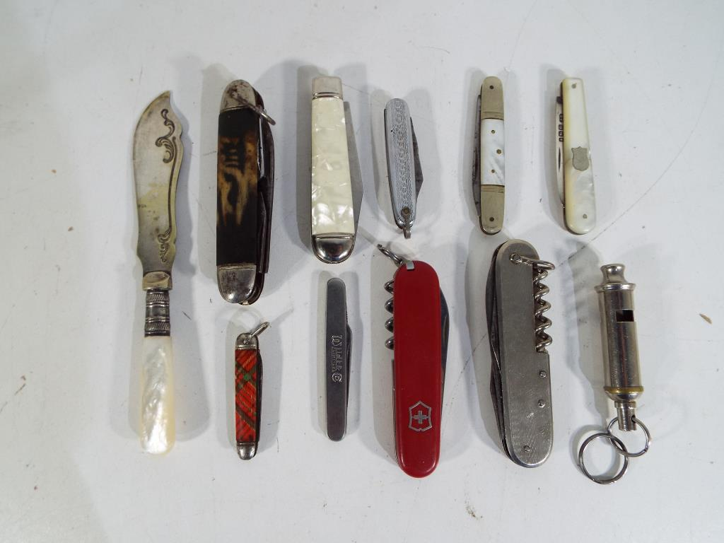 Lot 23 - A collection of pocket and penknives to include a silver and mother of pearl handled example