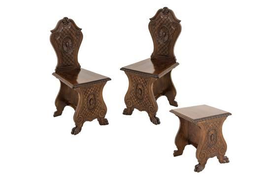 Lotto composto da due sedie e da sgabello stile rinascimentale in