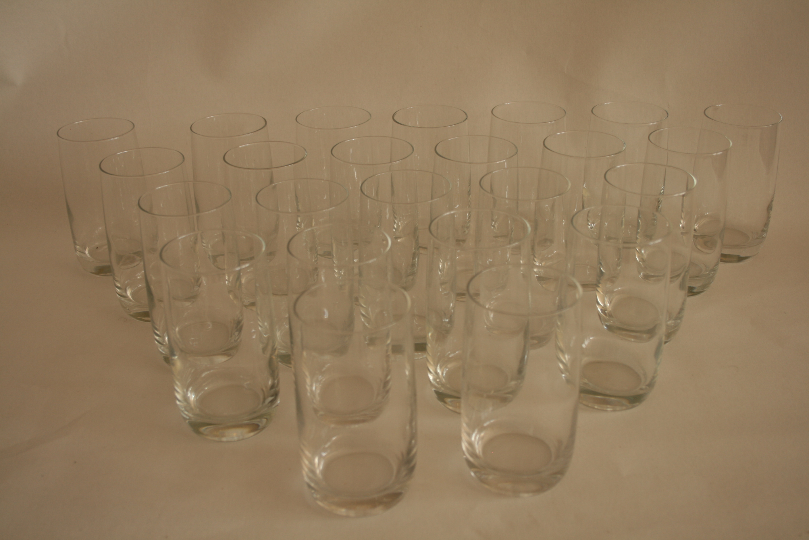 Lot 51 - Ensemble de 24 verres à eau en cristal (12,5 cm) - Set of 24 crystal water glasses [...]