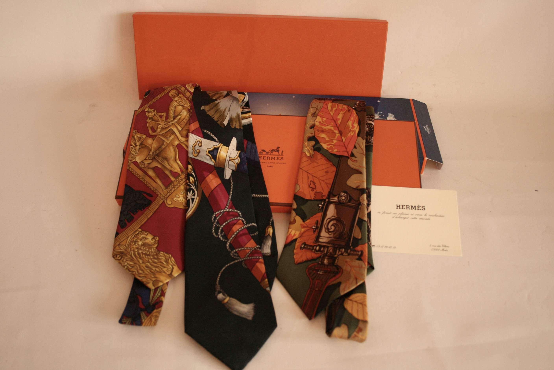 Lot 25 - Ensemble de 3 cravates HERMES Paris, en soie, Années 80, boîte d'origine et étui - [...]
