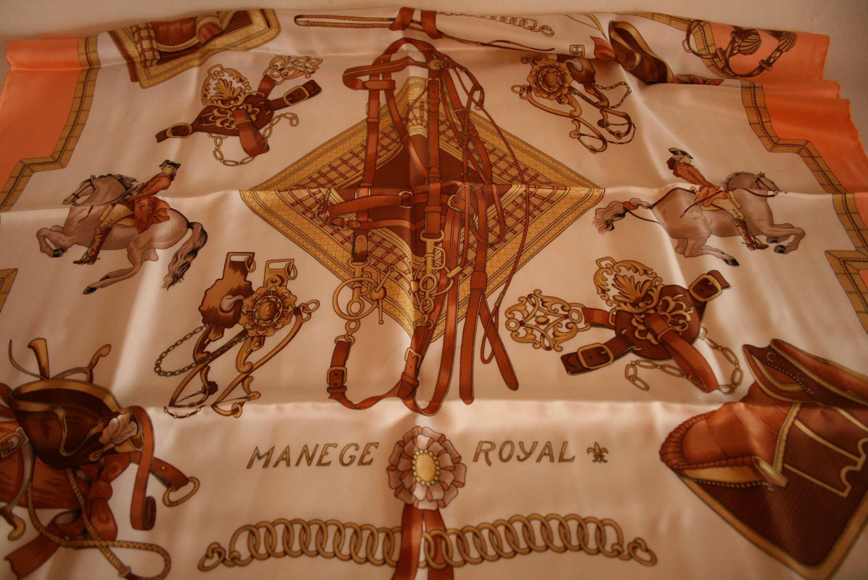 """Lot 37 - Carré en soie BAYRON, couleur saumon """"Manege Royal"""" - Square silk BAYRON, salmon [...]"""