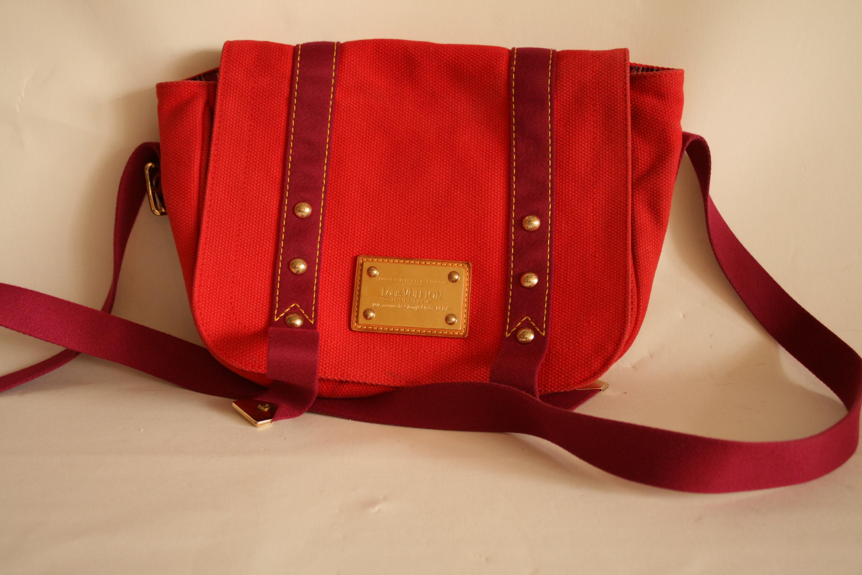 Lot 41 - Sac à main VUITTON à bandoulière en toile épaisse rouge et violette - VUITTON [...]
