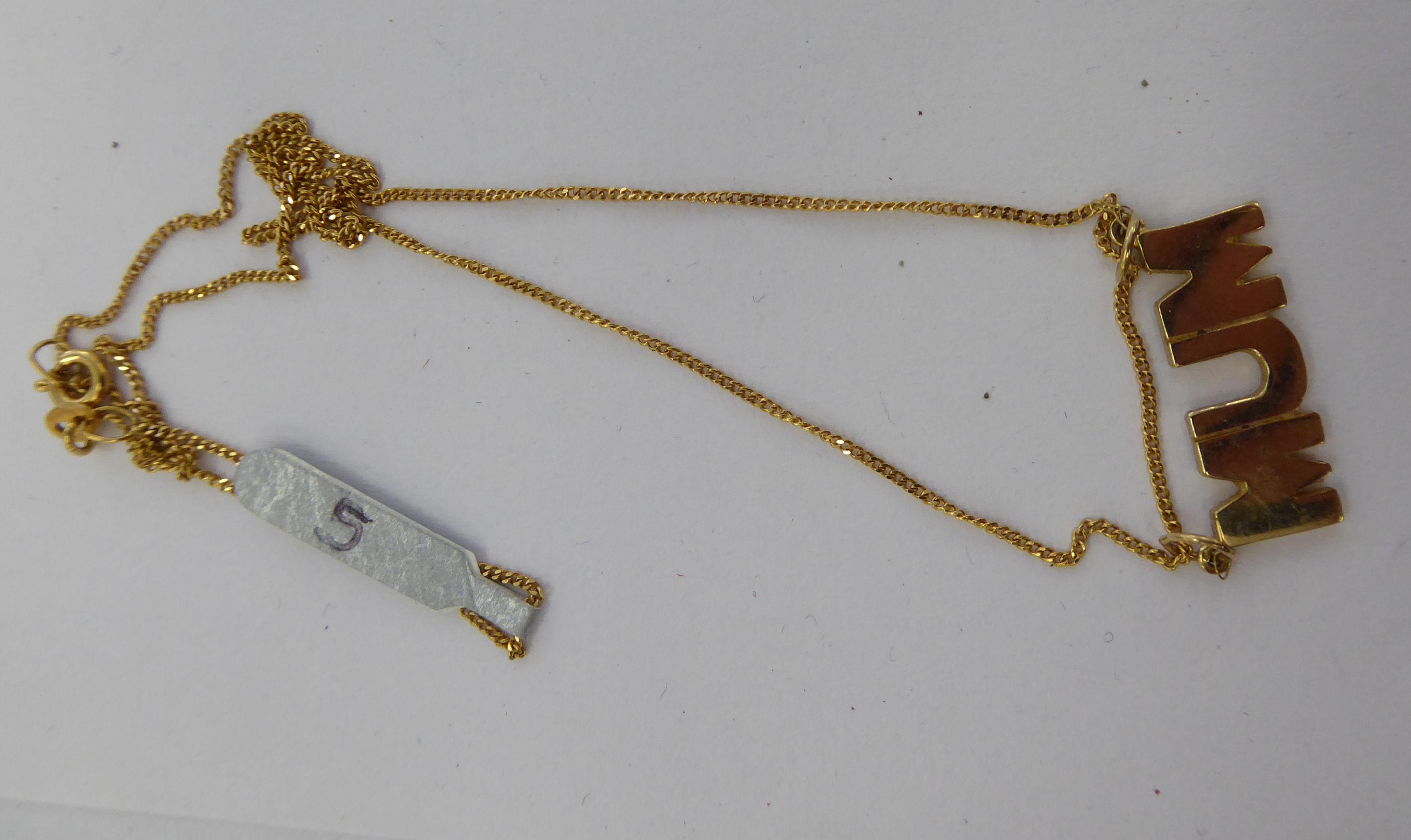 Lot 17 - A 9ct gold pendant necklace 'Mum' 11
