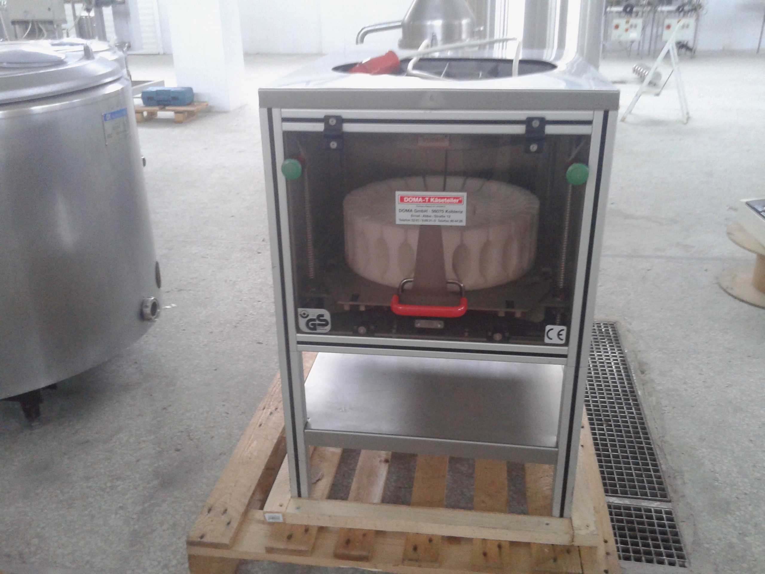 Lot 25 - DOMA-T Käseteilmaschine GS Cheese Cutter, Fully Enclosed in Safety Cabinet, Cuts and Portions Round