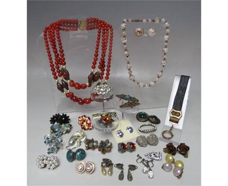 A COLLECTION OF VINTAGE COSTUME JEWELLERY, to include an Italian Murano glass beads and earrings set, a selection of brooches