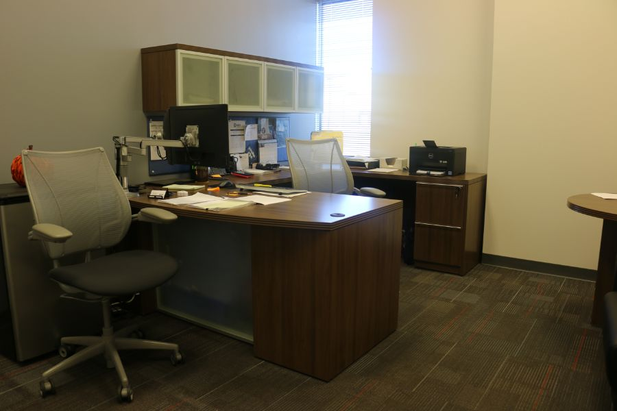 Lot 1067 - Room Content, Desk Chairs, Table *No PC, Printer*