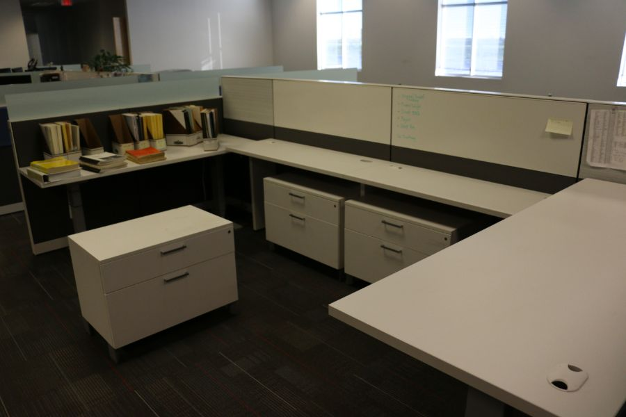 Lot 876 - (4) Office Desks and Cubicle
