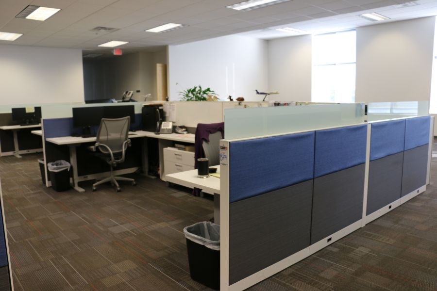 Lot 877 - (4) Office Desks and Cubicle