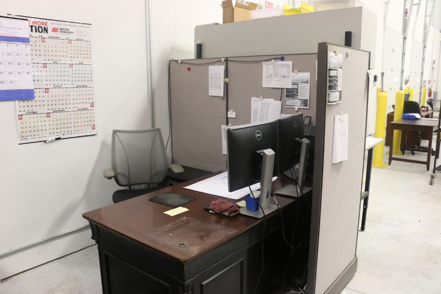 Lot 1027 - Cubicles with Office Desks *No Content*