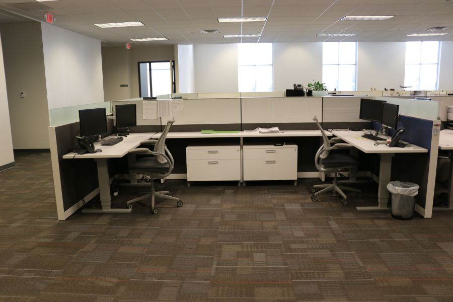 Lot 878 - (4) Office Desks and Cubicle