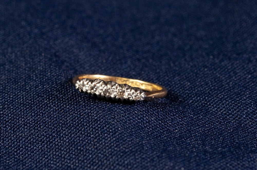 Lot 121 - 15ct GOLD AND PLATINUM RING set with five tiny diamonds, 2.1 gms gross