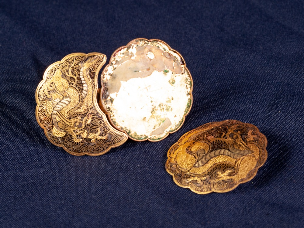 NINETEENTH CENTURY JAPANESE GOLD AND SILVER INLAID METAL MON SHAPED TWO PART BUCKLE, decorated - Image 2 of 4