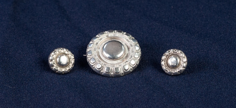 Lot 169 - VICTORIAN SILVER TARG BROOCH AND THE PAIR OF MATCHING EARRINGS, makers mark 'J.T.P.' Birmingham 1881