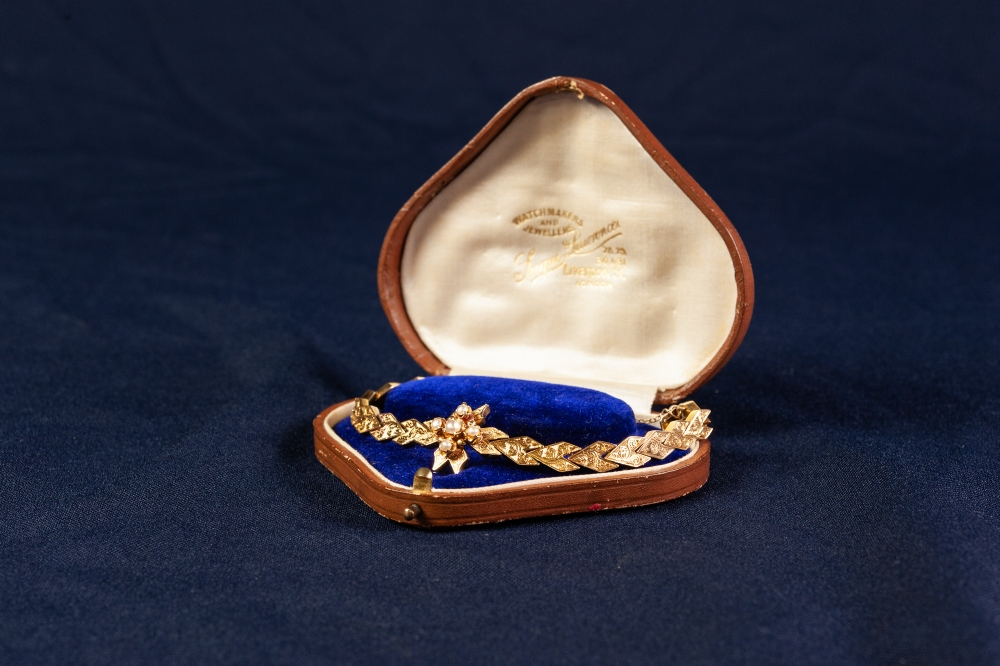 Lot 135 - 20th CENTURY GOLD COLOURED METAL SEED PEARL SET AND ENGRAVED LINKED BRACELET, 18.5 gms gross