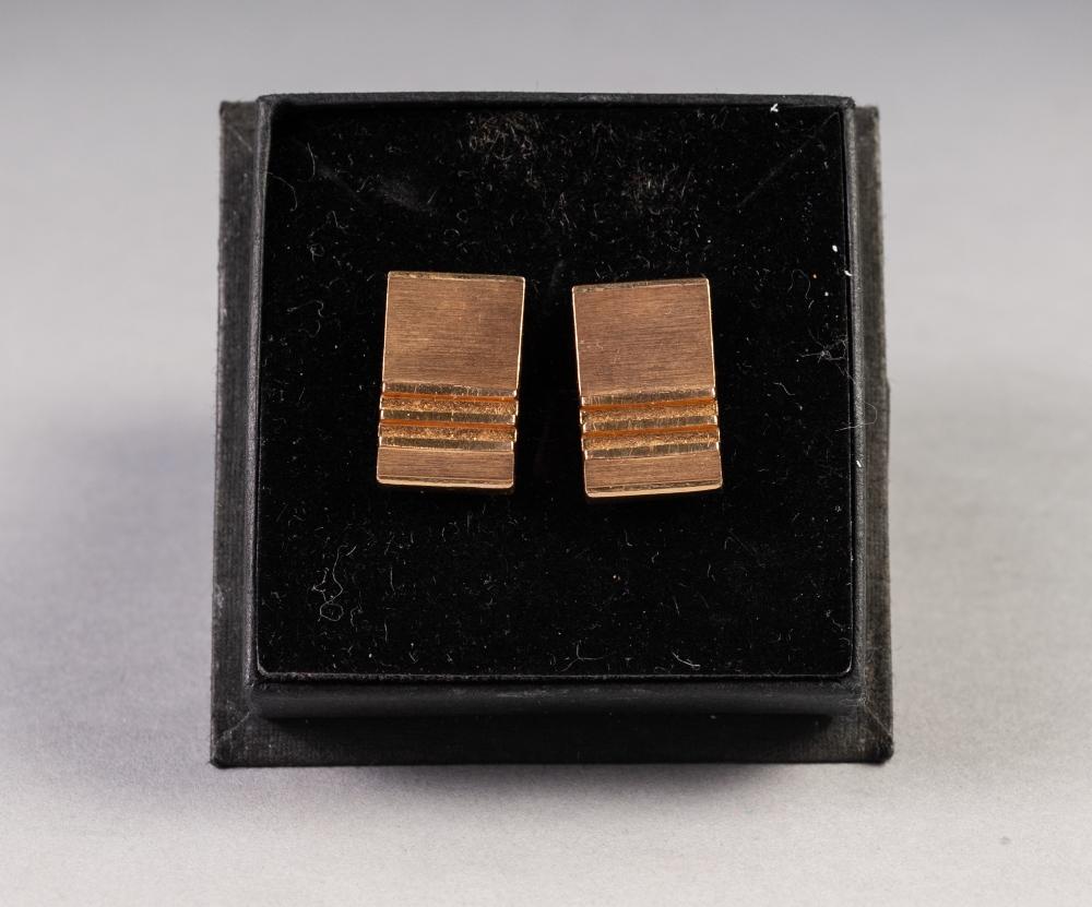 Lot 183 - PAIR OF 9ct GOLD 'T' BAR CUFF LINKS, the textured oblong tops having ladder cross bars to one end,