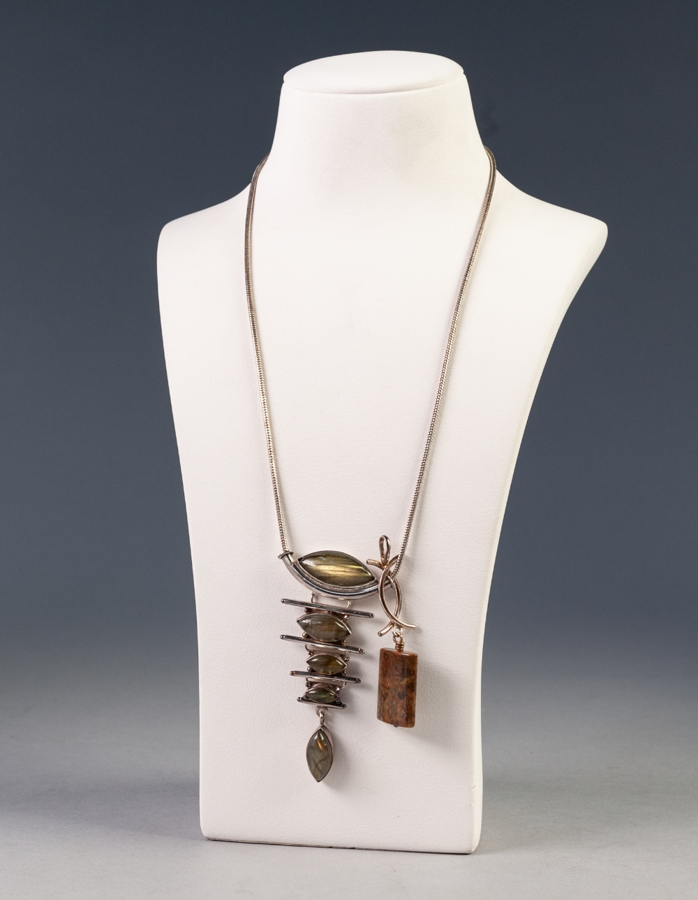 Lot 150 - A MODERN CARL BRIDGEMAN CRAFTED SILVER AND HARDSTONE SET NECKLACE, and ANOTHER SILVER AND