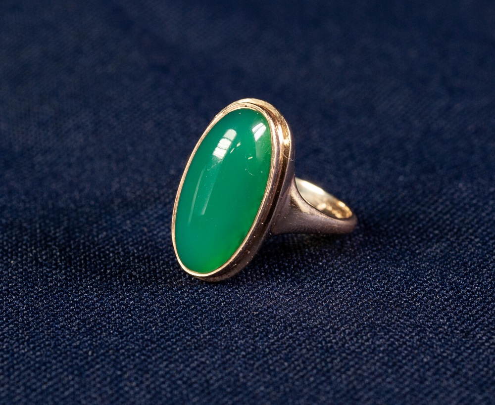 Lot 107 - 9ct GOLD CABOCHON GREEN STONE SET DRESS RING, 4.8 gms gross, in case