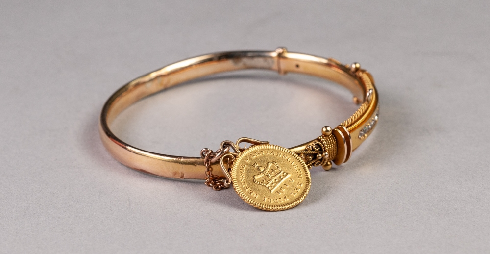 VICTORIAN 15ct GOLD HOLLOW HINGE OPENING BANGLE, the fancy filigree decorative top set with a row of - Image 2 of 2