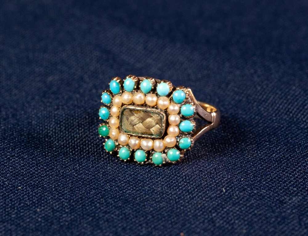 Lot 141 - VICTORIAN 18ct GOLD RING CENTERED WITH PLAITED HAIR WITHIN BORDERS OF SEED PEARLS AND TURQUOISE
