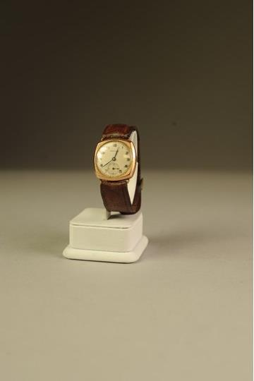 Lot 36 - GENTS 'DOMINANT' SWISS 9ct GOLD WRIST WATCH, with 15 jewel movement, silver round Arabic dial with